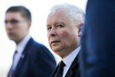 Jarosław Kaczyński obecnie nie jest w stanie poruszać się samodzielnie, bo cierpi na ból kolana.
