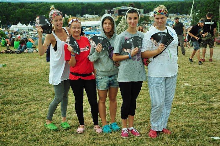 """'Armia"""" Dziewczynki z książką z wachlarzami partnera kampanii - SWPS"""
