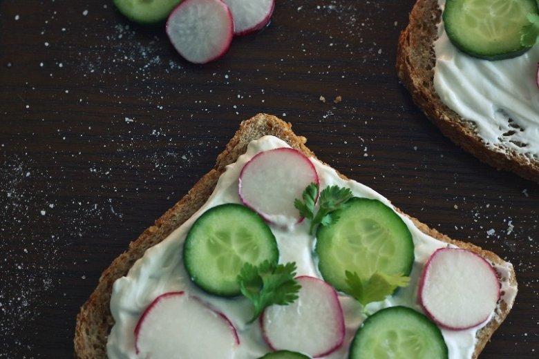 Rzodkiewkę często dodajemy na kanapkę. Warzywo wspomaga trawienie tłustych składników dania