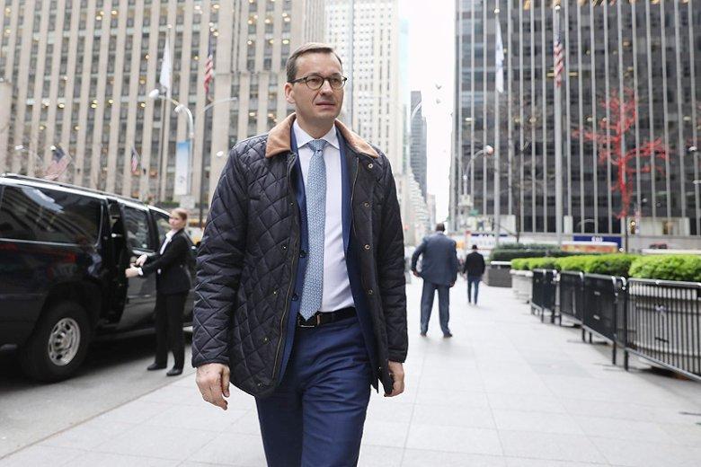 Mateusz Morawiecki samotny na zdjęciu w Nowym Jorku.
