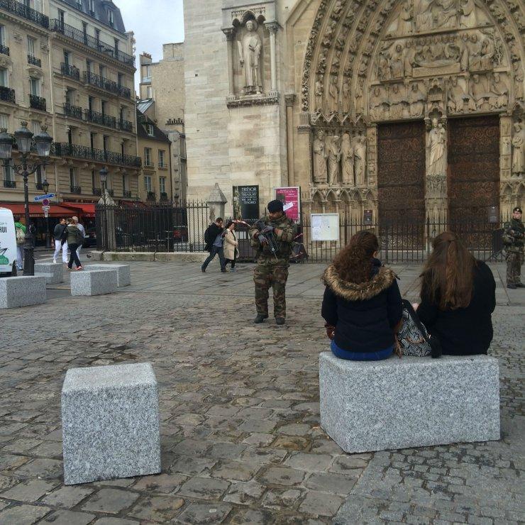 Strażnik pod Notre Dame.