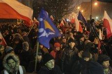 16 grudnia rozpoczęła siędemonstracja pod Sejmem w obronie wolnych mediów. Wcześniej Polacy już byli niezadowoleni z sytuacji w kraju.
