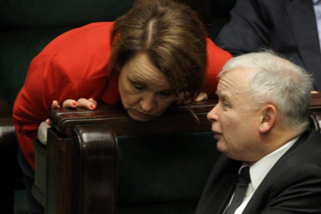 W proteście przeciwko likwidacji gimnazjów rodzice sięgają po wynalazek PiS-u - miesięcznice (na zdjęciu minister edukacji Anna Zalewska i poseł Jarosław Kaczyński).