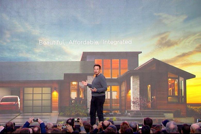 Elon Musk prezentuje solarny dach - najnowszy produkt jego firmy.