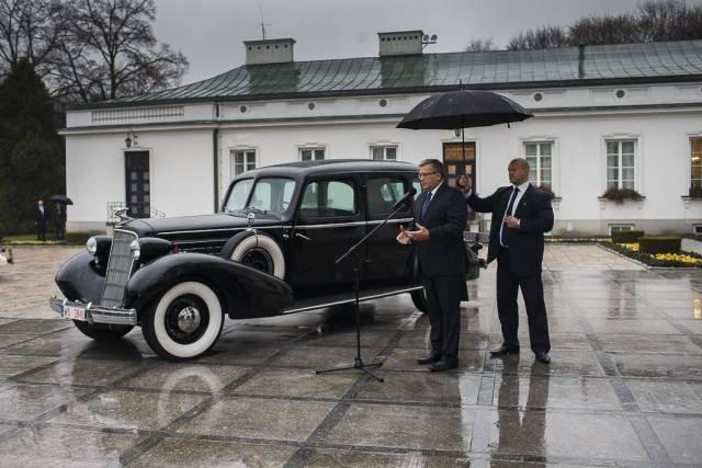 Prezydent Bronisław Komorowski prezentuje limuzynę Józefa Piłsudskiego