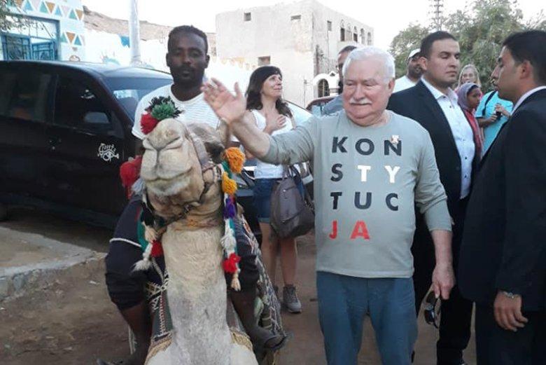 """Lech Wałęsa w koszulce z napisem """"Konstytucja"""" objeżdża cały świat. Tu podczas wizyty w Egipcie."""
