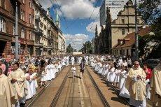 Procesje Bożego Ciała przeszły ulicami wszystkich miast. Tu: w Łodzi.