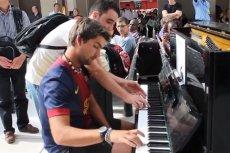 Dwóch nieznajomych dało koncert na lotnisku.