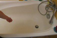 Dziewczyna zginęła, gdy podczas kąpieli podłączyła telefon do ładowarki