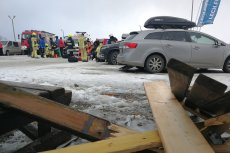 Dach zawalił się na narciarzy.