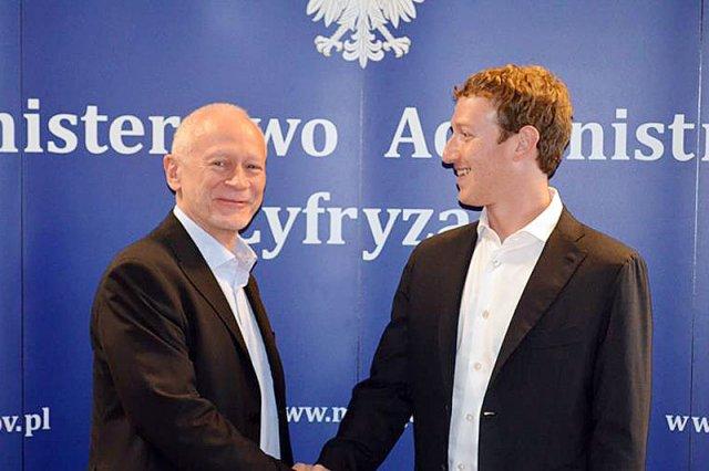 Twórca Facebooka Mark Zuckerberg był w środę z wizytą w Warszawie. Spotkał się z ministrem administracji i cyfryzacji Michałem Bonim.