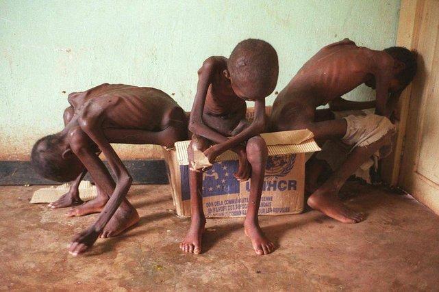 Kwiecień 1997 r. Zair. Obóz dla uchodźców Hutu uciekających przed Tutsi.