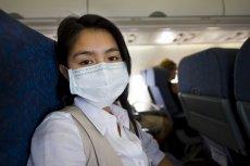 Czeka Cię w najbliższym czasie podróż samolotem? Kiedy na świecie w błyskawicznym tempie wzrasta ryzyko zarażenia koronawirusem, warto skorzystać z fachowej wiedzy i sprawdzić, gdzie usiąść, by zminimalizować ryzyko bycia zainfekowanym.