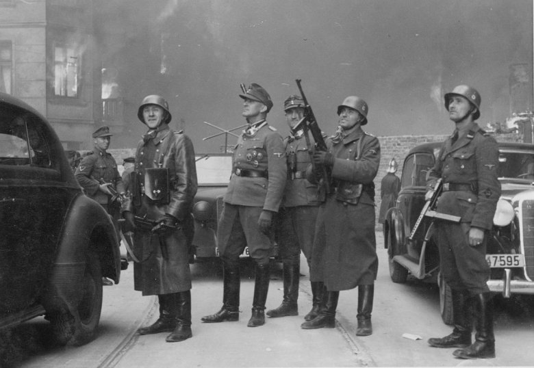 Powstanie w getcie warszawskim - Fotografia z Raportu Jürgena Stroopa do Heinricha Himmlera z maja 1943. Josef Blösche na zdjęciu pierwszy z prawej.