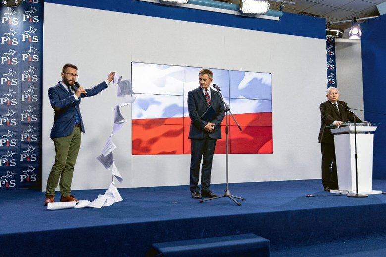 Pod koniec konferencji zastępca rzecznika PiS Radosław Fogiel teatralnym ruchem rozłożył długą listę kartek, które miały zilustrować wszystkie loty Donalda Tuska jako premiera.