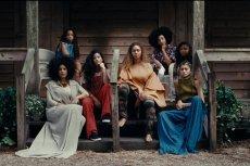 Bey ze swoim gangiem kobiet silnych.