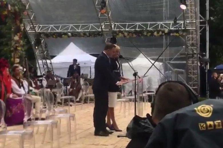 """Prezydent Andrzej Duda i Pierwsza Dama rozpoczęli narodowe czytanie """"Pana Tadeusza""""."""