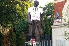 Policja szuka osoby, która powiesiła koszulkę na pomniku Lecha Kaczyńskiego w Szczecinie.