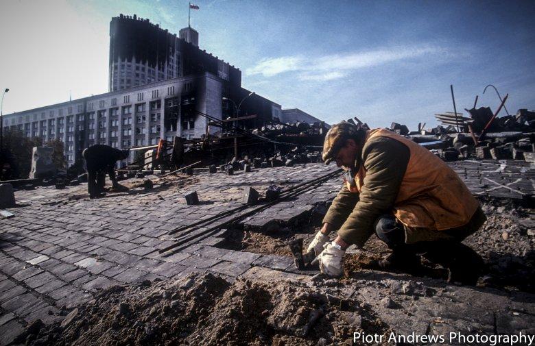 Porządki po puczu. Renowacja terenu wokół Białego Domu w Moskwie.