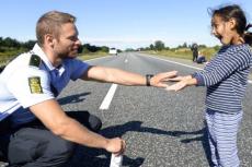 Duński policjant i mała Syryjka