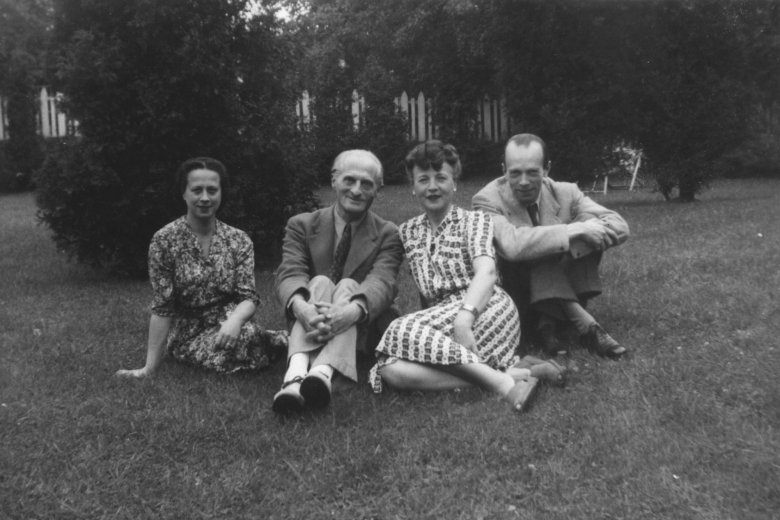 Irena Tuwim z bratem, bratową, której nigdy nie polubiła i ukochanym mężem Julianem Stawińskim, o którym pisała J., by odróżnić jego imię od imienia brata. Toronto 1945 r.
