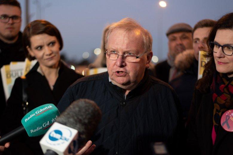 Aleksander Hall podczas konferencji prasowej przedstawicieli pomorskich samorządowców wraz z przedstawicielami Ruchu Młodej Polski udzielających poparcia kandydatce na prezydenta Gdańska, Aleksandrze Dulkiewicz.