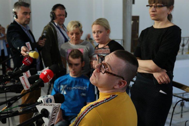 Kuba Hartwich, Adrian Glinka oraz liderka protestu Iwona Hartwich podczas protestu niepełnosprawnych w Sejmie.