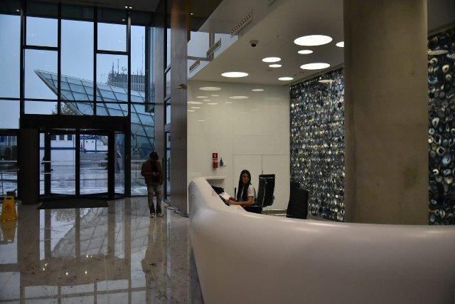 Spółki PKP wprowadzają się do najlepszych biur w Warszawie. Tylko telewizory na ścianach kosztują tam 30 tys. zł sztuka.