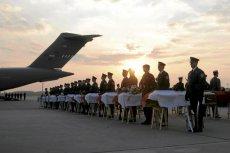 Trumny z ciałami osób, które zginęły 10 kwietnia 2010 r