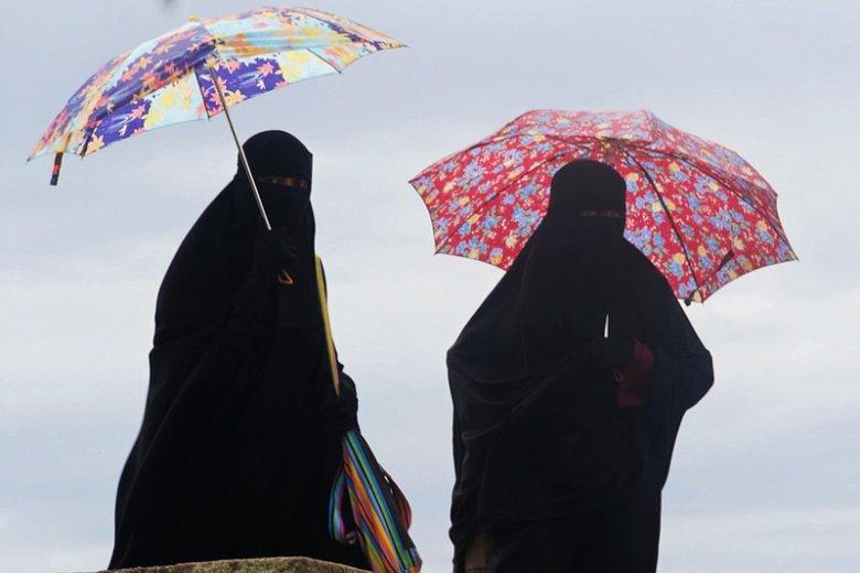 Skandal rasistowski w Legnicy. KObieta domagała się usunięcia z autobusu ubranej w burkę kobiety , bo z powodu jej stroju czuła się zagrożona.