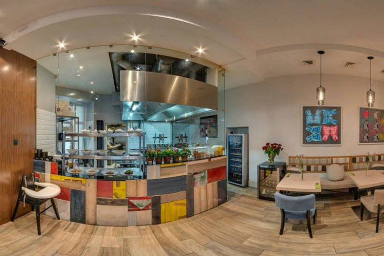 Widok na kuchnię i pracujących tam kucharzy to mega atrakcja!