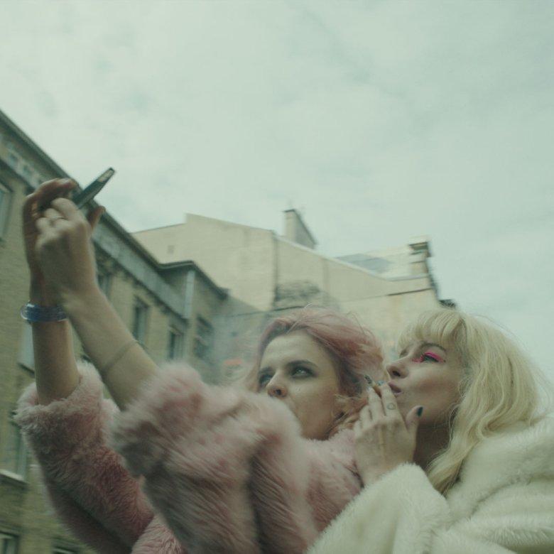 Dla bohaterki filmu Katarzyny Rosłaniec robienie selfie jest naturalne, jak oddychanie.