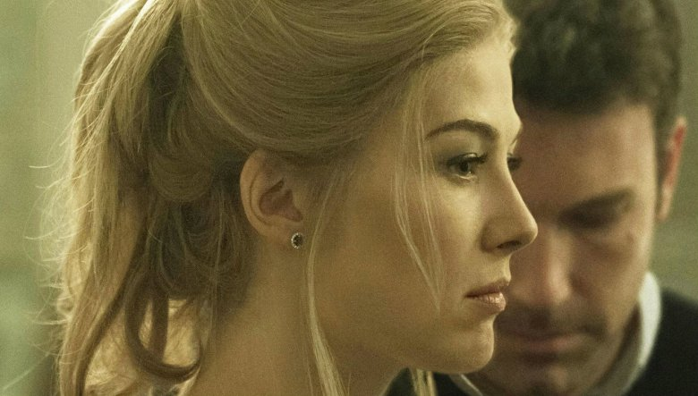 """Co potrafi skrywać słodka kobieca buzia pokazuje znakomity film """"Zaginiona dziewczyna"""" z Rosamund Pike w reżyserii Davida Finchera"""