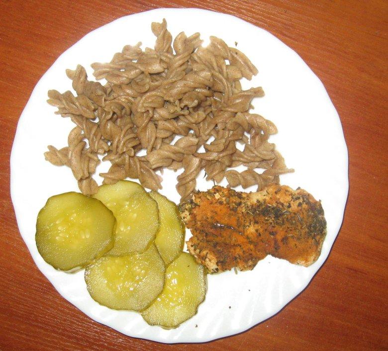 Plastry kiszonego ogórka, garstka makaronu razowego i kawałek piersi z kurczaka. Tak wyglądał jeden z moich posiłków 37 dnia diety.