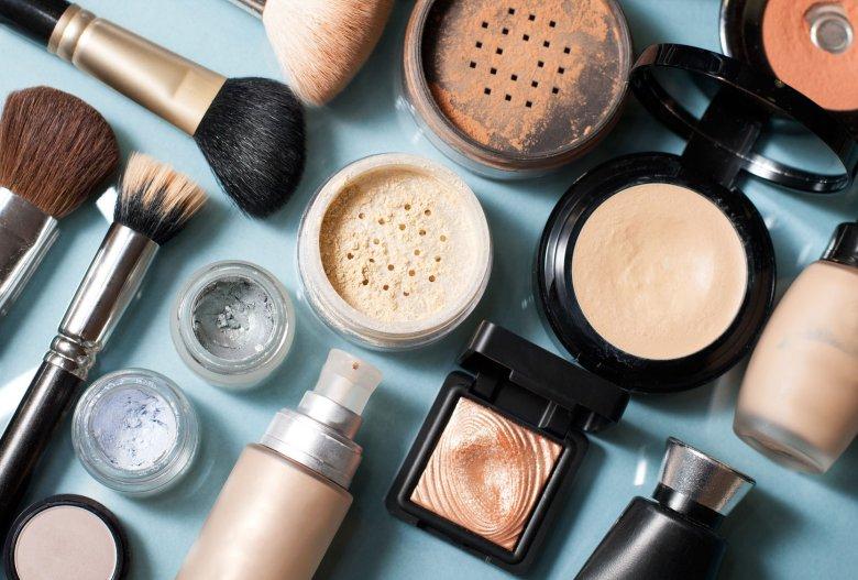Nie istnieje zdrowy dla skóry makijaż, dlatego podstawą dbania o cerę jest staranny demakijaż, najlepiej zaraz po powrocie do domu. Kosmetykiem uniwersalnym dla wszystkich typów skóry jest młyn micelarny.