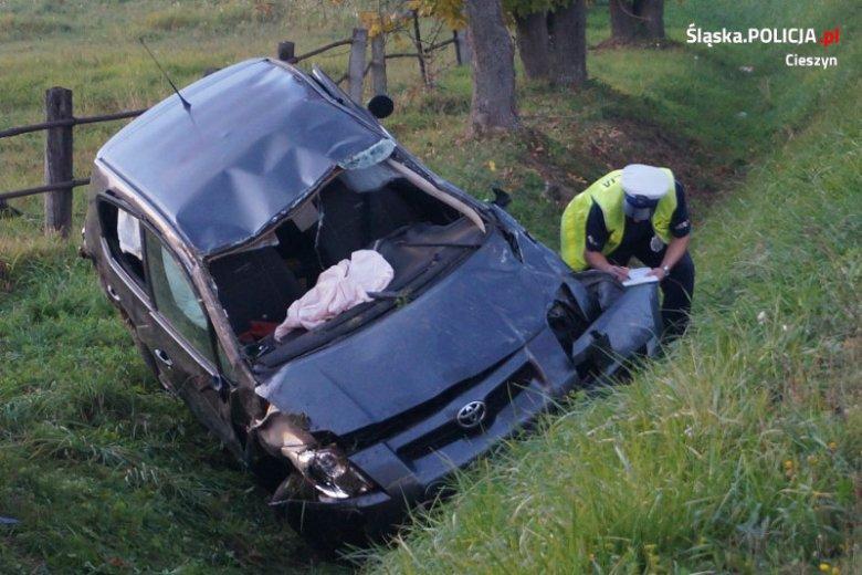 Śmiertelny wypadek Ochabach Wielkich. Zginęła 37-letnia kierowczyni pojazdu. Nie miała zapiętych pasów gdy jej auto uderzyło w drzewo i dachowało.