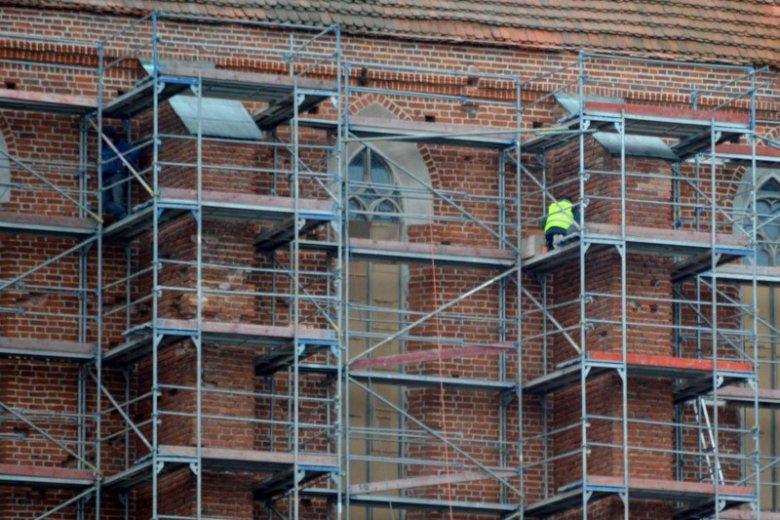 Przy pracach remontowych zatrudnienie znajdują często lokalni mieszkańcy.
