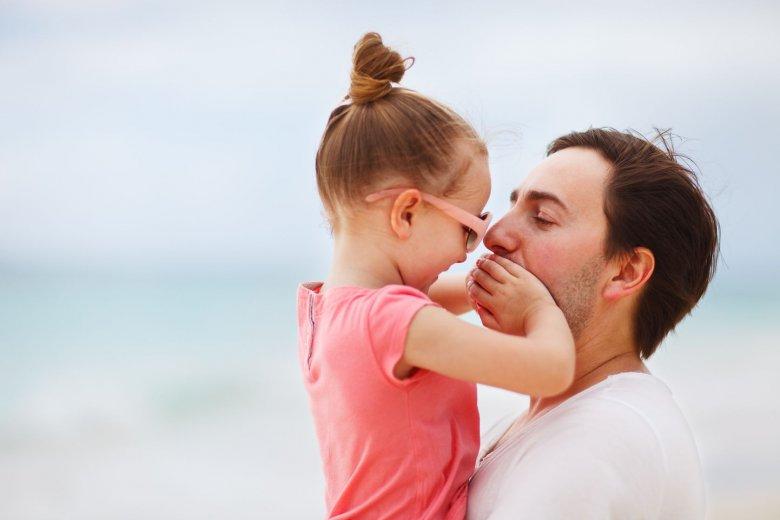 Pewność siebie kobiety zależy między nimi od tego, jakie przekazy otrzyma ona w dzieciństwie od swojego ojca.