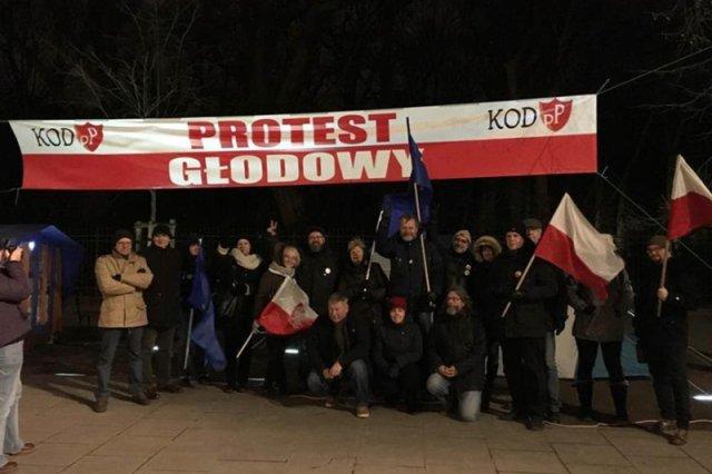 Andrzej Miszk relacjonuje na Facebooku przebieg swojego protestu głodowego.