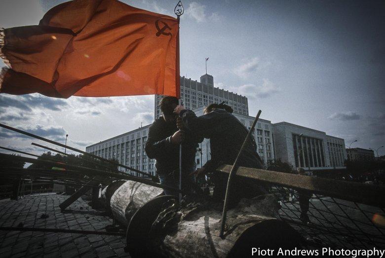Puczyści budują barykady wokół Białego Domu w Moskwie.