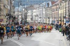 W Warszawie uliczne biegi gromadzą tłumy.