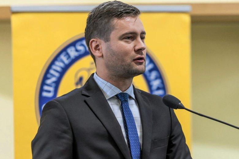 Poseł PiS Kamil Bortniczuk przeprasza za wypowiedź o płacach nauczycieli.