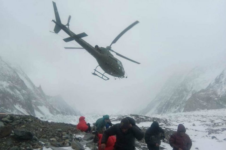 Helikoptery akcji ratunkowej Tomasza Mackiewicza w drodze na Nanga Parbat.