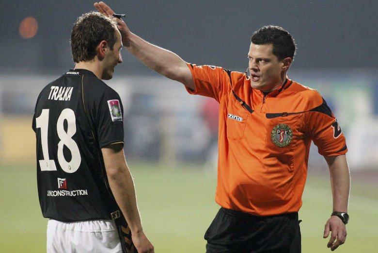 """Arbiter Tomasz Musiał jest jednym z siedmiu zawodowych sędziów głównych, delegowanych przez PZPN do """"gwizdania"""" w Ekstraklasie"""