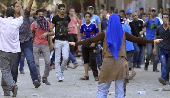 Kobieta rozdzielająca protesty Bractwa muzułmańskiego i jego przeciwników.