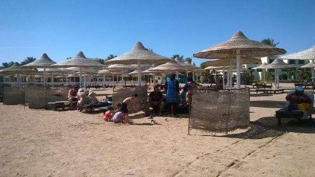 Egipska rodzina na plaży