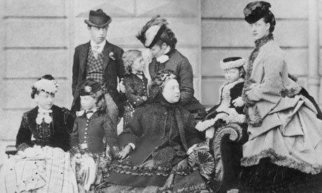 Królowa Wiktoria w otoczeniu dzieci i różnych przedstawicieli wielkiej rodziny (Wyspa Wight, 1870)