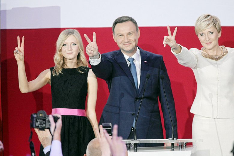 Kinga Duda ma słono płacić za politykę swojego ojca. Córka prezydenta Andrzeja Dudy ma zmagać się z hejtem i niechęcią rówieśników.