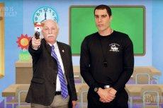 Sacha Baron Cohen, w przebraniu izraelskiego antyterrorysty, przekonał propagatora dostępu do broni do nakręcenia kuriozalnego spotu