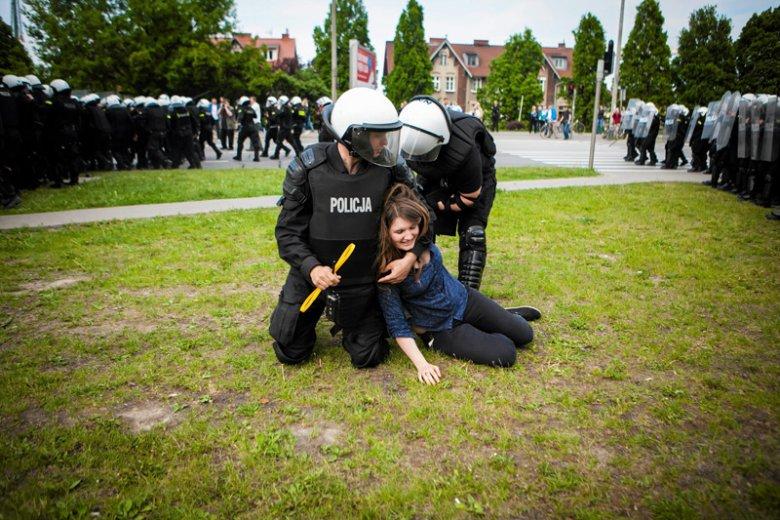 W Gdańsku funkcjonariusze nie cofnęli się np. przed zatrzymaniem uczestniczącej w starciach skrajnej prawicy z policją Marii Kołakowskiej, czyli córki radnej PiS Anny Kołakowskiej.